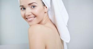 Kobieta z pięknym białym uśmiechem