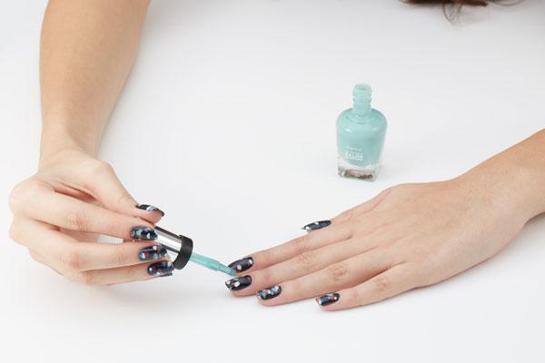 Sally Hansen, manicure pastelowe kwiaty - krok po kroku